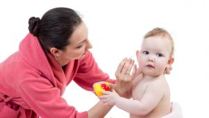 Cara Membersihkan Telinga Pada Bayi Dengan Aman dan Benar
