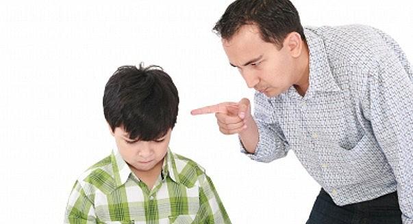 Setiap kepala seorang anak terdapat lebih dari 10 trilyun sel otak yang siap tumbuh. Satu bentakan atau makian mampu membunuh milyaran sel otak saat itu juga. Satu cubitan atau pukulan mampu membunuh lebih dari 10 milyar sel otak saat itu juga. Sebaliknya 1 pujian atau pelukan akan membangun kecerdasan dan rangkaian otak terbentuk indah. Oleh karena itu marah terhadap anak sangat mempengaruhi perkembangan otak anak. Jika ini dilakukan secara tak terkendali, akan mengganggu struktur otak anak itu sendiri. Selain membunuh milyaran sel otak anak, memarahi anak juga akan mengganggu fungsi organ penting dalam tubuh seperti hati, jantung dan lainnya. Dampak Bentakan Pada Usia Remaja Dan Dewasa Tidak Sebesar Pada Anak Efek kerusakan pada sel-sel otak akan lebih besar pada anak-anak yang dijadikan sasaran bentakan ini. Pada remaja dan orang dewasa mengalami kerusakan yang tidak sebesar anak-anak, tapi tetap saja terjadi kerusakan. Hal ini karena anak berusia 2-5 tahun pertama kehidupan yang masih dalam pertumbuhan otak. suara keras dan membentak yang keluar dari orangtua dapat menggugurkan sel otak yang sedang tumbuh. Sehingga seringkali anak tumbuh menjadi pribadi yang mengalami stress hingga depresi dalam hidup, karena kesulitan memahami pola-pola masalah yang mereka hadapi. Semuanya akibat dari sel-sel otaknya yang aktif lebih sedikit dari yang seharusnya. Efek jangka panjang pada anak dapat dilihat pada orang-orang yang sering mengalami bentakan di masa kecilnya. Mereka lebih banyak melamun serta termasuk lambat dalam memahami sesuatu. Orang-orang ini biasanya mudah meluapkan emosi negatif seperti marah, panik atau sedih. Dampak Dari Memarahi Anak 1. Bahaya membentak anak karena memusnahkan sel otak anak Karena bentakan atau perkataan yang kasar dapat membunuh lebih dari 1 milyar sel otak saat itu juga. Selain itu pengaruh marah dan bentakan pada anak akan sangat mempengaruhi perkembangan sel otak anak. Akan sangan berbahaya, apabila hal tersebut dilakukan secara sering