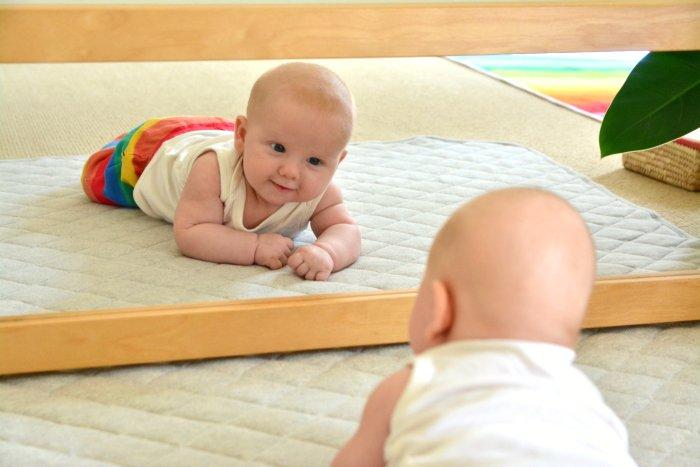 Ajak Si Kecil Bercermin Untuk Menstimulasi Tumbuh Kembangnya