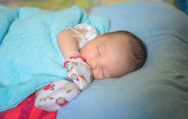Kapan Sebaiknya Bayi Tidak Menggunakan Sarung Tangan?