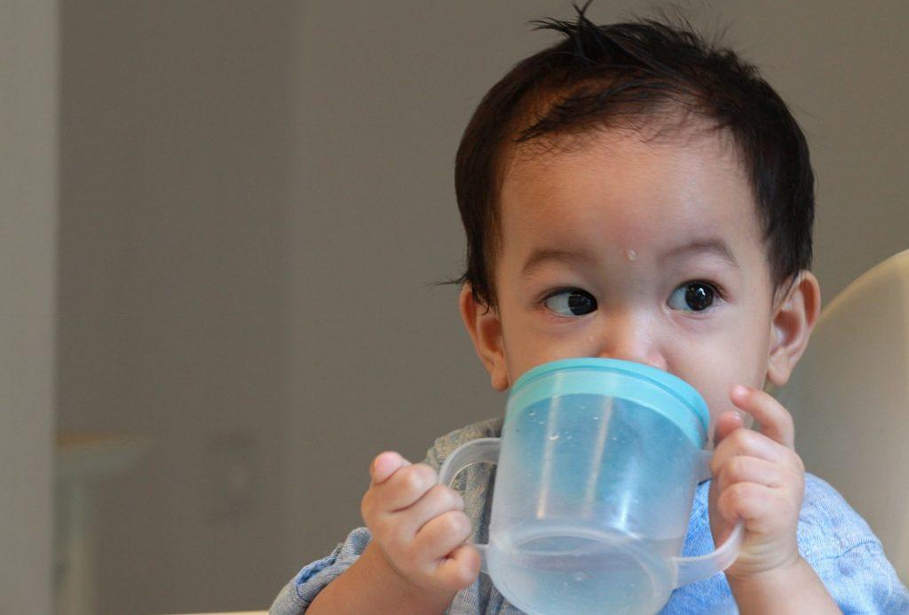 Kapan Sebaiknya Bayi Diajarkan Minum Di Gelas?