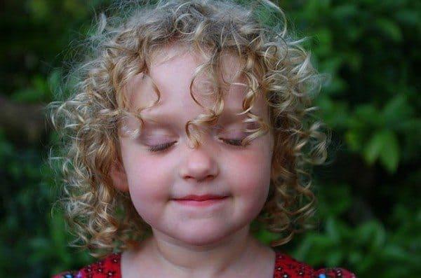 Trik Merawat Rambut Si Kecil Yang Keriting