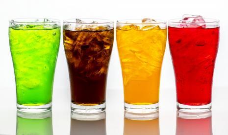 Benarkah Ibu Menyusui Minum Soda Bikin Bayi Kembung?