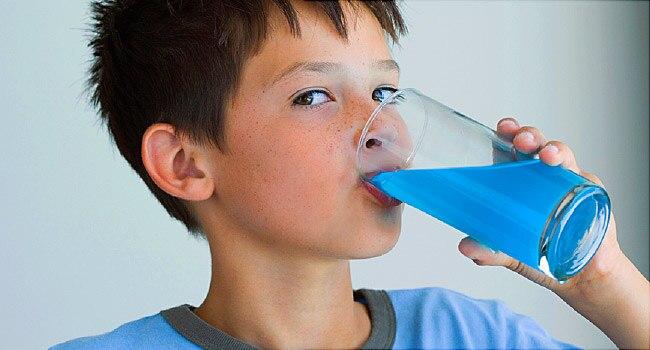 Si Kecil Sering Minum Soda? Ini Lho Cara Mengatasinya!
