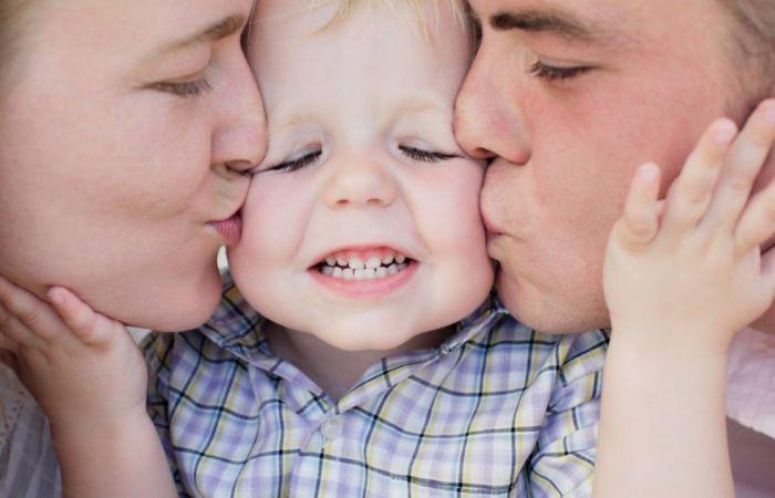 4 Bagian Tubuh Anak Yang Harus Dicium Ayah Bunda