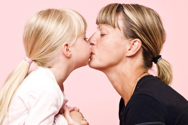 Menurut Psikolog, Orangtua Tidak Dianjurkan Untuk Mencium Bibir Anak