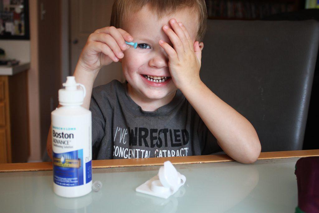 Amankah Jika Anak-anak Menggunakan Kontak Lensa?