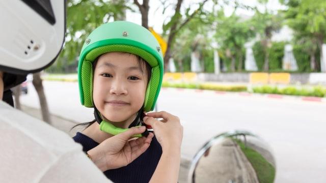 Bolehkah Bayi Dan Balita Pakai Helm Saat Naik Motor?